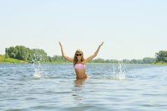 ungt kvinnligt plaska i floden Arkivbild