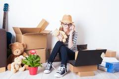 Ungt kvinnligt precis rört i ett nytt hus arkivfoton