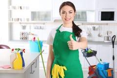 Ungt kvinnligt rengöringsmedel på arbete arkivfoto