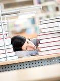 Ungt kvinnligt sova på skrivbordet arkivbilder