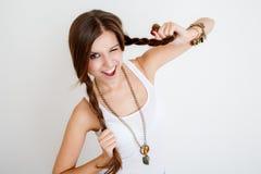 Ungt kvinnligt spela med hennes flätade trådar Royaltyfri Fotografi