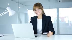 Ungt kvinnligt upphetsat för online-shopping, betalning vid kreditkorten Royaltyfria Foton