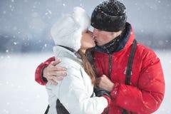 Ungt kyssa för par Arkivbilder
