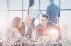 Ungt lag av coworkers som gör stor affärsdiskussion i modernt coworking kontor Teamworkfolkbegrepp double royaltyfria foton