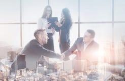 Ungt lag av coworkers som gör stor affärsdiskussion i modernt coworking kontor Teamworkfolkbegrepp double royaltyfri fotografi
