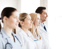 Ungt lag eller grupp av doktorer arkivfoton