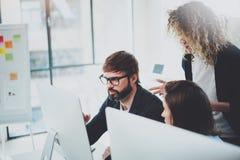 Ungt lag som tillsammans arbetar i mötesrum på kontoret Begrepp för Coworkersidékläckningprocess royaltyfria bilder