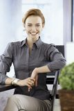 Ungt le för affärskvinna som är lyckligt Arkivfoto