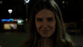 Ungt le hållande tomtebloss för flicka i hennes hand Ståenden av flickainnehavet mousserar i ultrarapid arkivfilmer