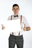 Ungt le hållande vitt kort för man som skriver det på ditt Arkivfoton