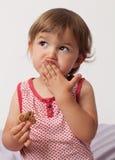 Ungt litet barn som tänker, når att ha ätit för mycket choklad Royaltyfri Fotografi