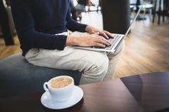 Ungt lyckat freelancermanarbete p? hans b?rbar dator royaltyfri foto