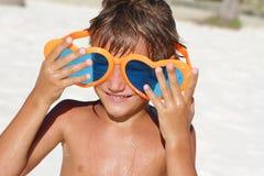 Ungt lyckligt barn som spelar på stranden Fotografering för Bildbyråer