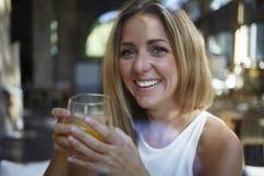 Ungt lyckligt caucasian tycka om för kvinna som är naturligt, och vitamindrycken i hem, förnyar med den användbara drinken fotografering för bildbyråer