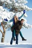 Ungt lyckligt folk i vinter Arkivfoton