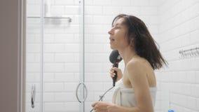 Ungt lyckligt h?r f?r kvinnaslaguttorkning i badrummet, livsstil Begrepp f?r sk?nhet f?r h?rstil arkivfilmer