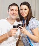 Couple som tycker om exponeringsglas av rött vin Royaltyfria Foton
