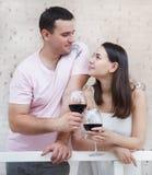 Couple som tycker om exponeringsglas av rött vin Arkivfoton