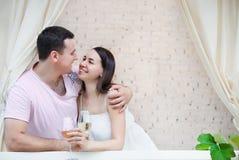 Couple som tycker om exponeringsglas av vitwine på terrass Royaltyfri Fotografi
