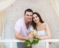 Couple som tycker om exponeringsglas av vitwine Arkivbild