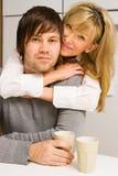 Ungt lyckligt krama för par royaltyfri foto