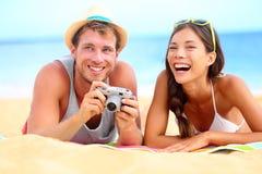 Ungt lyckligt mångkulturellt kopplar ihop på strand Royaltyfria Bilder