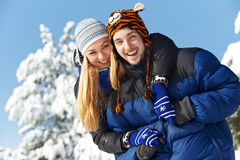 Ungt lyckligt parfolk i vinter Royaltyfria Bilder