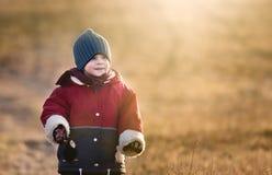 Ungt lyckligt spela för pojke som är utomhus- på våren Royaltyfria Foton