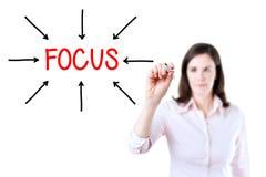 Ungt mål för affärskvinna på fokus bakgrund isolerad white arkivbild
