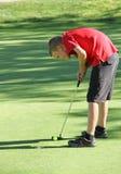 Ungt manligt sätta för golfare Arkivfoton