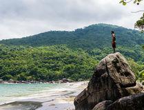 Ungt manligt se till horisonten Djungel Brasilien Arkivbilder