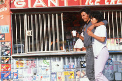 Ungt Mexican-American gå för par Arkivbild