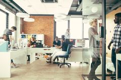 Ungt multy etniskt folk som arbetar i andra sätt i det ljusa kontoret fotografering för bildbyråer