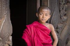 Ungt munksammanträde och se den Shwenandaw kloster Mandalay Burma, Myanmar Fotografering för Bildbyråer