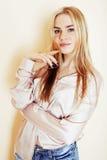 Ungt nätt blont slut för tonårs- flicka upp ståenden, livsstilpeo arkivbilder