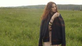 Ungt nätt kvinnaanseende i gräs stock video