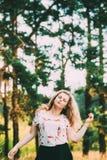 Ungt nätt plus för flickakvinna för format Caucasian lycklig le skratta dans i sommar gröna Forest Fun Enjoy Outdoor royaltyfri bild