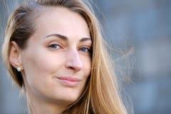 Ungt nätt kvinnahuvud Arkivfoto