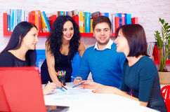 Ungt och idérikt lag som diskuterar affärsprojekt Royaltyfri Foto