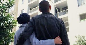 Ungt paranseende på gatan 4k lager videofilmer