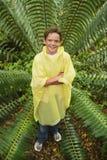 Ungt pojkeanseende av stora Fern In Forest fotografering för bildbyråer