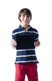 Ungt pojkeanseende och visningminnestavladator Royaltyfria Bilder