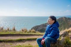 Ungt pojkesammanträde och leenden på vagga Fotografering för Bildbyråer