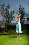 Ungt posera för blondin fotografering för bildbyråer