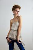 Ungt posera för modemodell arkivfoto