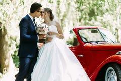 Ungt precis gift par i den soliga dagen royaltyfria bilder