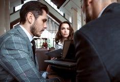 Ungt professionellarbete i modernt kontor Affärsbesättning som arbetar med start arkivbild