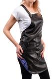 Ungt redhaired posera bärande förkläde för för kvinnakock eller uppassare och t-skjorta som isoleras på vit bakgrund Arkivfoto