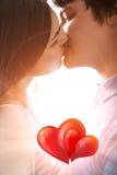 Ungt romantiskt kyssa för par Royaltyfri Bild