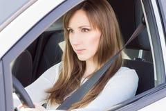 Ungt säkert hjul för styrning för kvinna för bilchaufför royaltyfria foton